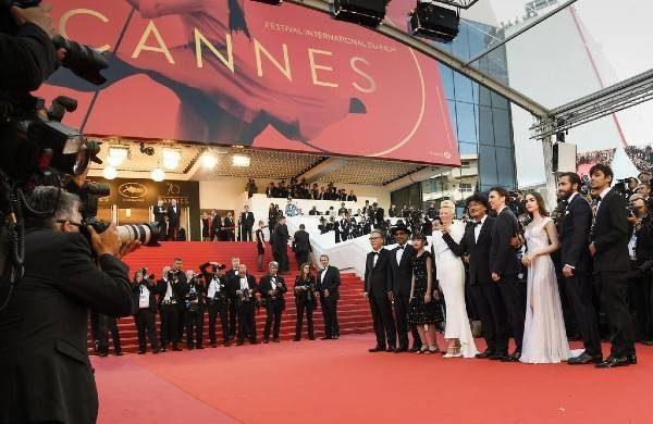 Какими нарядами удивляли звезды на красной дорожке Каннского кинофестиваля 2021 itemprop=
